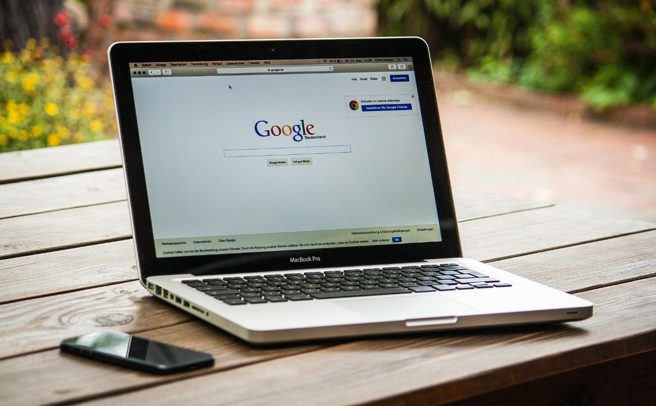 Google検索をするノートパソコン